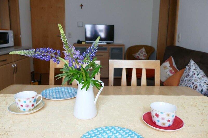 Ferienwohnung mit möblierter Holzterrasse und separatem Kinderzimmer, holiday rental in Weissenburg in Bayern