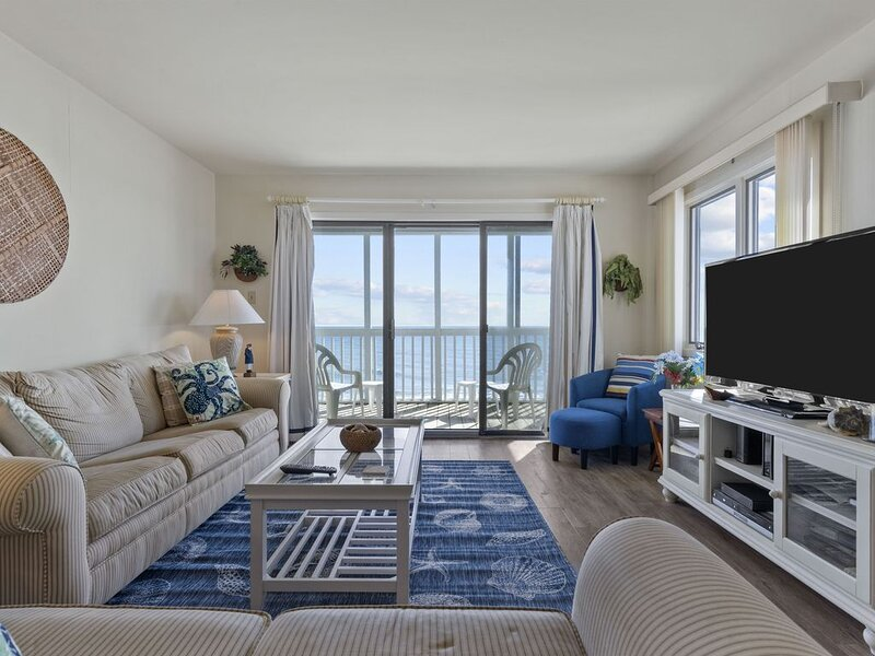 Enjoy great views from this Oceanfront Condo! Wonderful Amenities!, casa vacanza a Newport