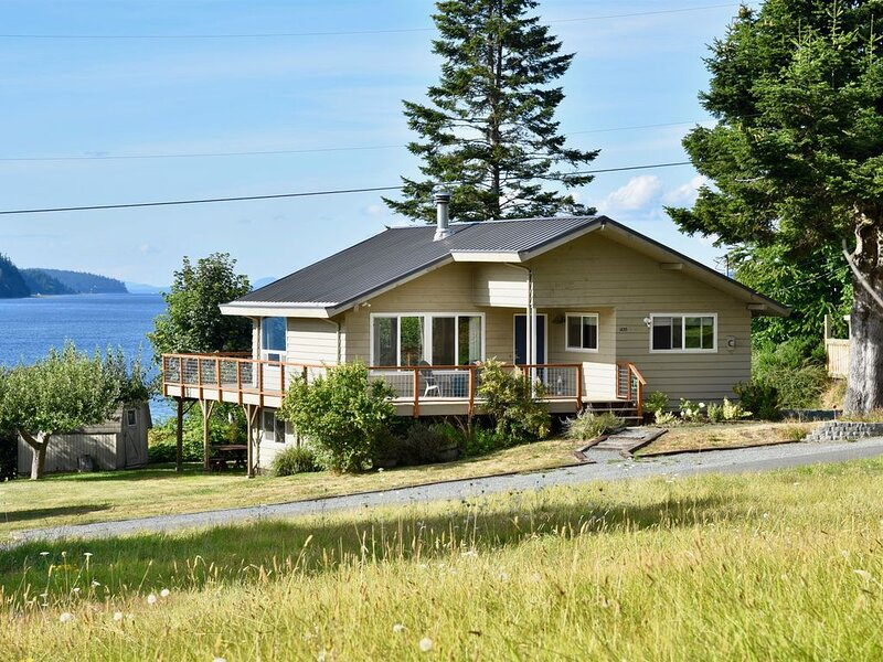 A Home On The Harbor- Beach, Water Views, Quiet, S. Whidbey, vakantiewoning in Freeland