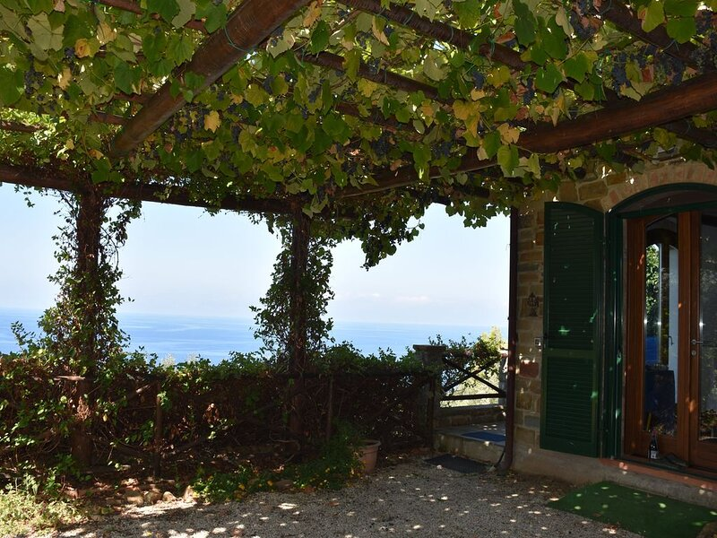 CILENTO PANORAMIC STONEHOUSE ON THE SEA, vacation rental in Licosa