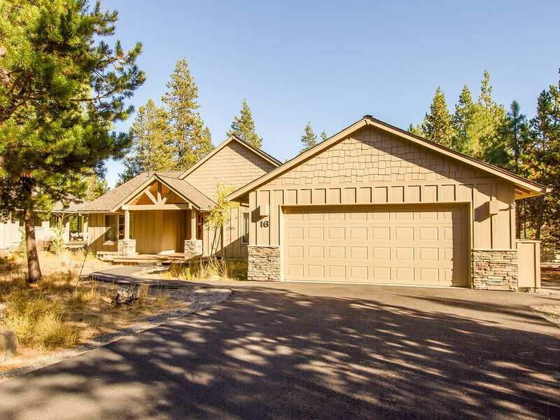 Open great room features a stone gas fireplace, Free SHARC 2016!-Camas 16, holiday rental in Central Oregon