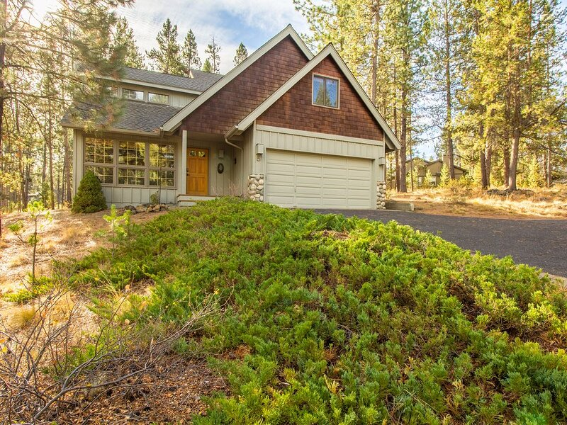 Mt Baker 5 - Your Dog will stay comfortable with A/C in this 4 BR+ Loft Home, holiday rental in Central Oregon