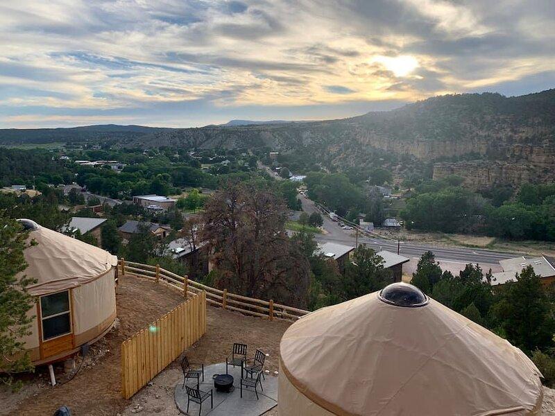 Yurt Overlook at East Zion Resort #1 (King Suite), holiday rental in Mount Carmel
