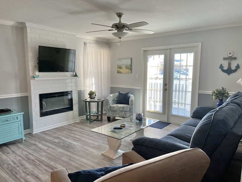 Gulf Shores Condo with balcony and pool access, alquiler de vacaciones en Gulf Shores
