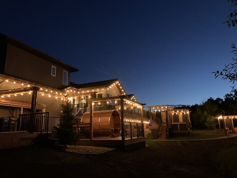 Dragonfly Inn, Loft Suite with private entrance., holiday rental in Fort Saskatchewan