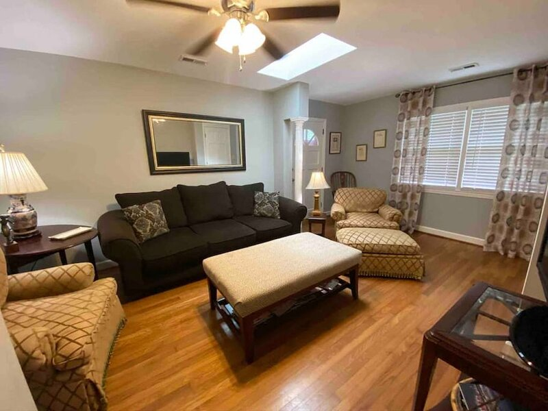 Quaint Condo Near Downtown, holiday rental in Raleigh