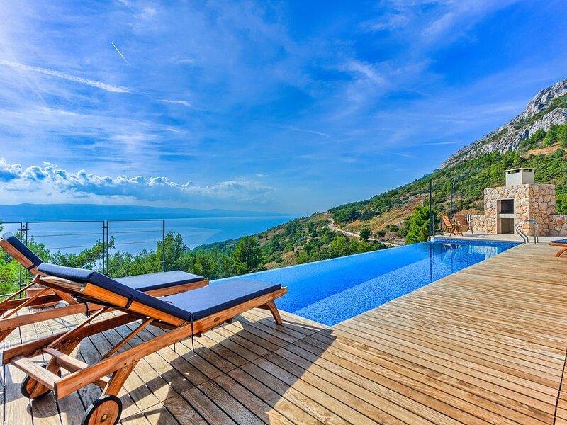Villa Azul LuxusVilla, beheizter Pool,  4 SZ, Internet, Meerblick, holiday rental in Mimice