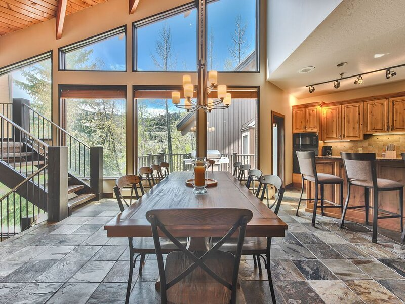 Stunning Deer Valley VRBO Townhome! Hot Tub and 1 mile from Main St!, alquiler de vacaciones en Park City