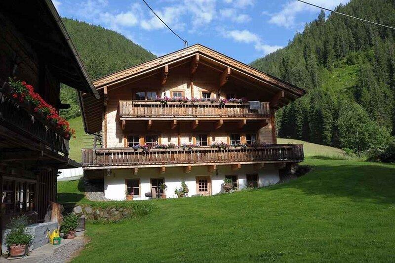 Ferienhaus mit Balkon, vacation rental in Padola