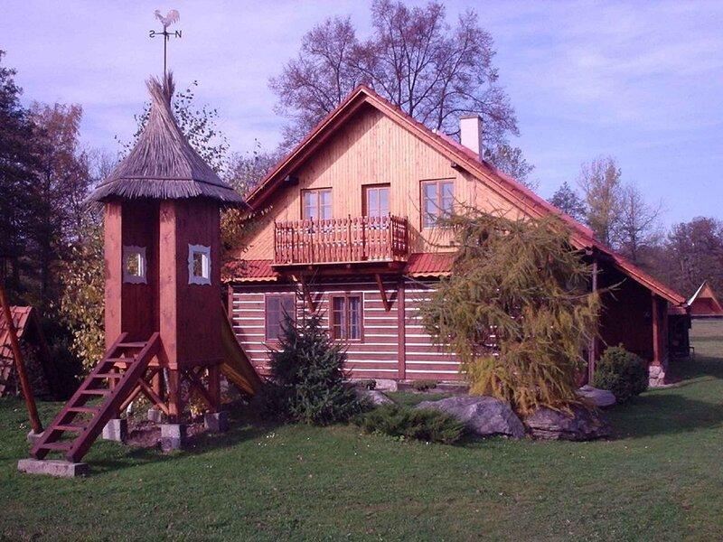 Ferienhaus mit Kaminofen und Kinderspielplatz, vacation rental in Zamberk