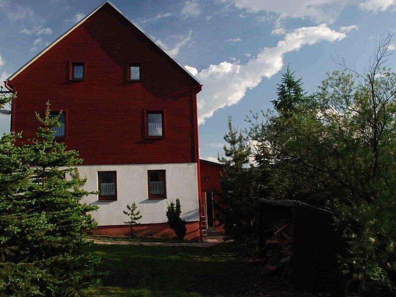 Ferienhaus Betsy mit Kamin gleich hinter dem Grenzübergang, casa vacanza a Crottendorf