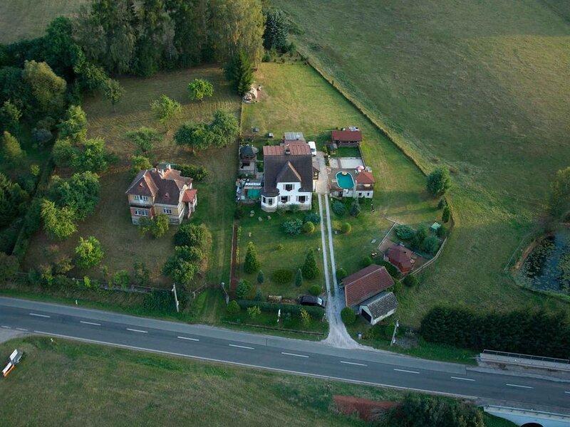 Ferienhaus mit Außenpool und Aufenthaltsraum auf dem Grundstück, holiday rental in Dolni Lanov