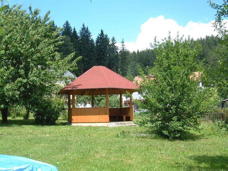 Ferienwohnung mit gemeinsamem Garten und Pavillon, aluguéis de temporada em Kaplice