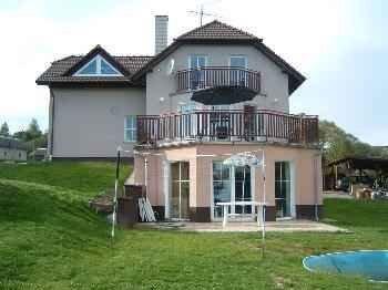 Villa mit Innenpool, Saunou und Spielraum, location de vacances à Pysely