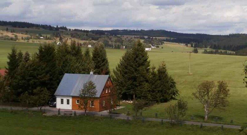 Ferienhaus umgeben von Wiesen, holiday rental in Jachymov