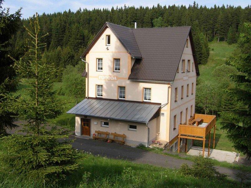 Ferienhaus mit wunderschöner Aussicht und Billard, holiday rental in Jachymov