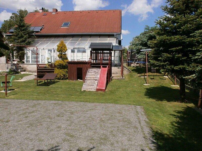 Ferienhaus s bazénem, trampolína, minigolf a tenisový kurt, holiday rental in Zderaz