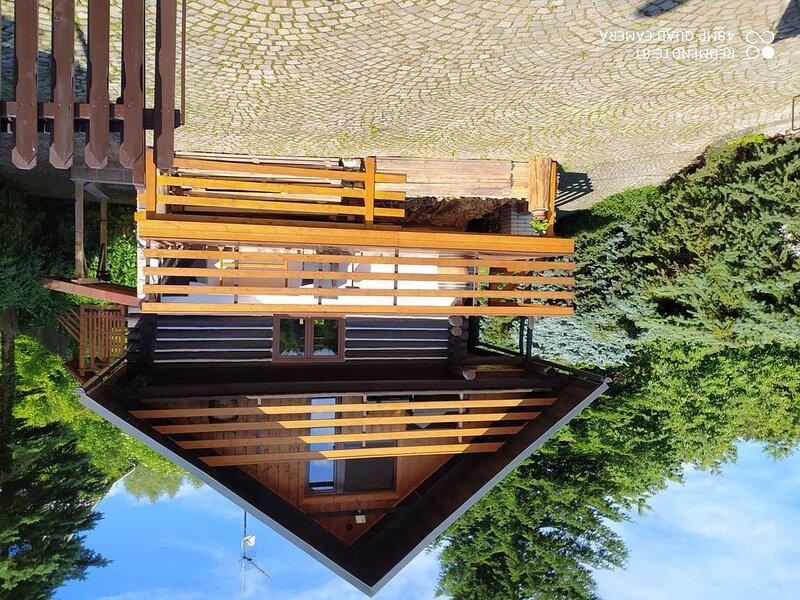 Ferienhaus mit Kamin in Seenähe, holiday rental in Mezimesti