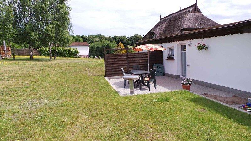 Ferienhaus mit Grillterrasse, an der Granitz, holiday rental in Neuensien