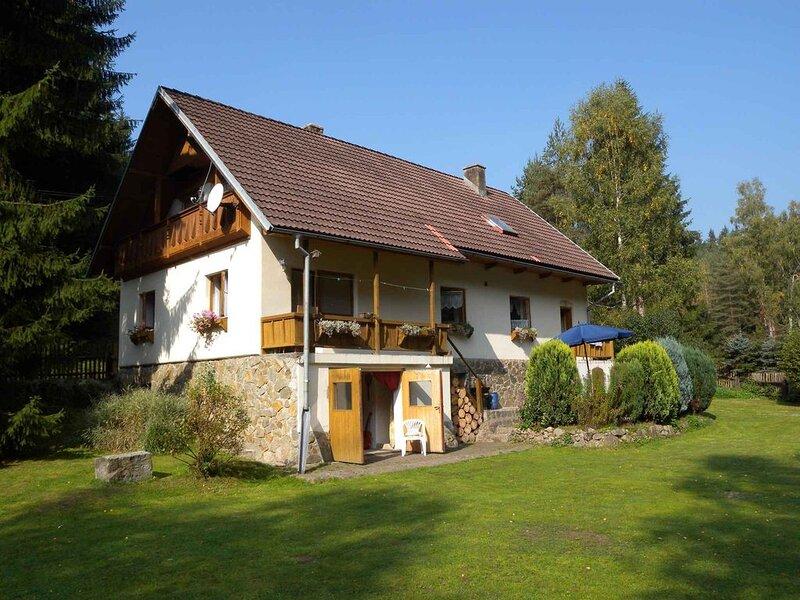 Ferienhaus mit Kachelofen und Garten mit Grillmöglichkeit am Tennisplatz, casa vacanza a Kraslice