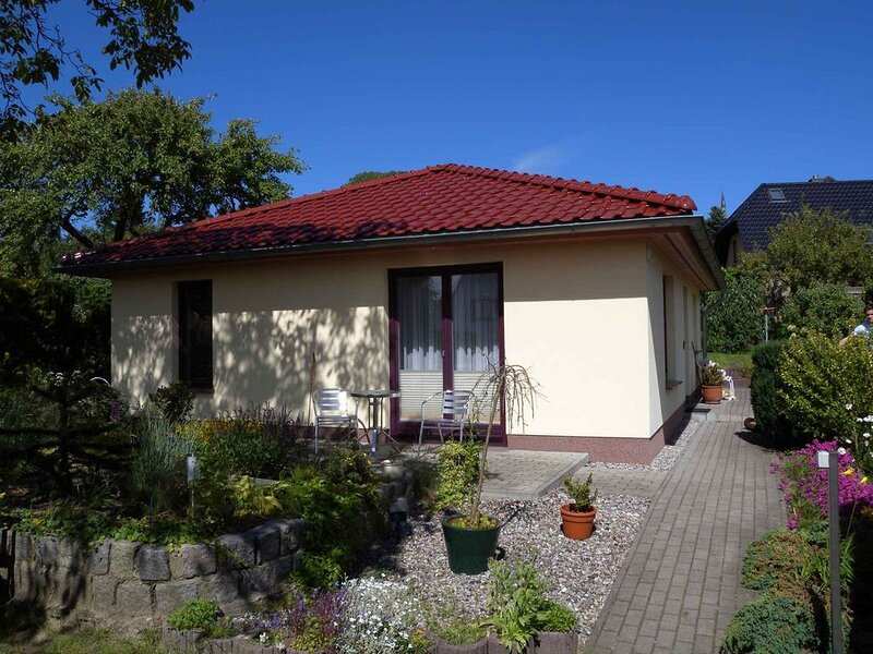 Bungalow Ferienhaus mit Terrasse und Garten, alquiler vacacional en Isla de Rügen