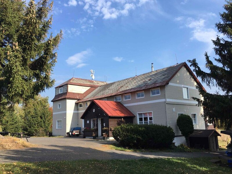 Berghütte in Isergebirge in der Nähe Skiareal Spicak, holiday rental in Mnisek