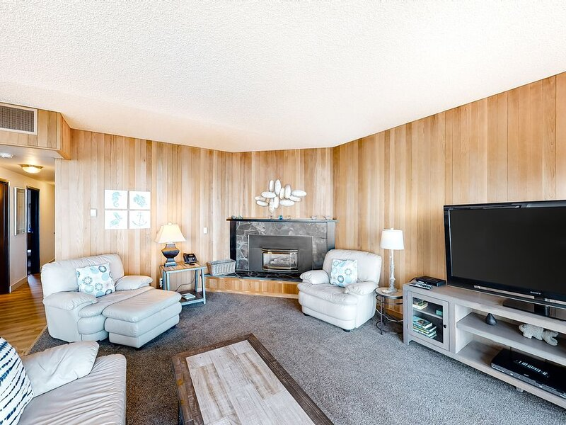 Fifth-floor, oceanfront condo w/ amazing ocean views - steps to the beach!, holiday rental in Seaside