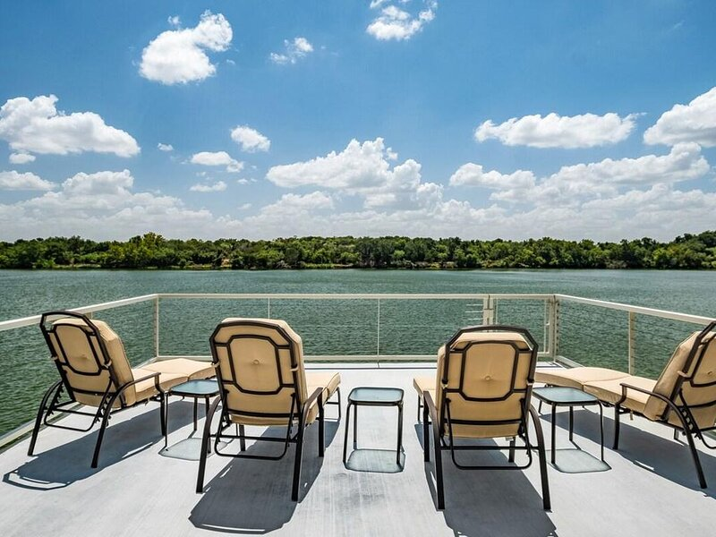 Triple L · Triple L - Peaceful Backyard Views of Lake LBJ! FIRE PIT! Kayaks avai, holiday rental in Kingsland