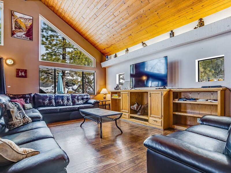 Lofty home w/ private deck & porch swing - two miles from Shaver Lake!, holiday rental in Auberry