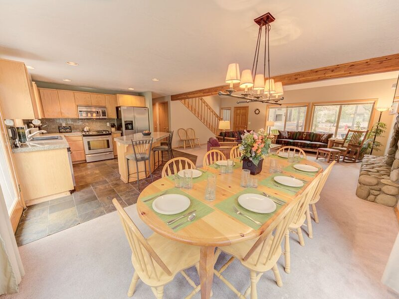 A spacious home with room for 10 near Fort Rock Park, plus 2 master suites!, vacation rental in Sunriver