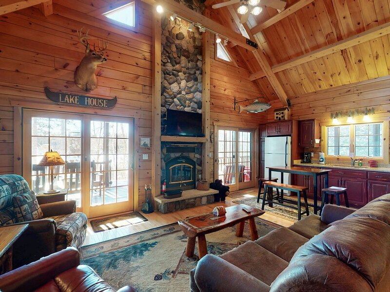 Quaint lakefront cabin w/ indoor & outdoor fireplace, private dock - dogs OK!, location de vacances à Minocqua