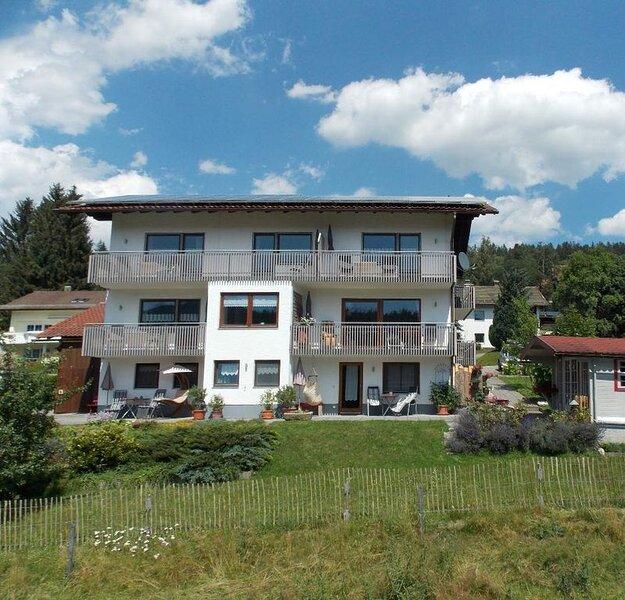 Gemütliche 55qm-FeWo mit Balkon in toller Lage, holiday rental in Bayerisch Eisenstein