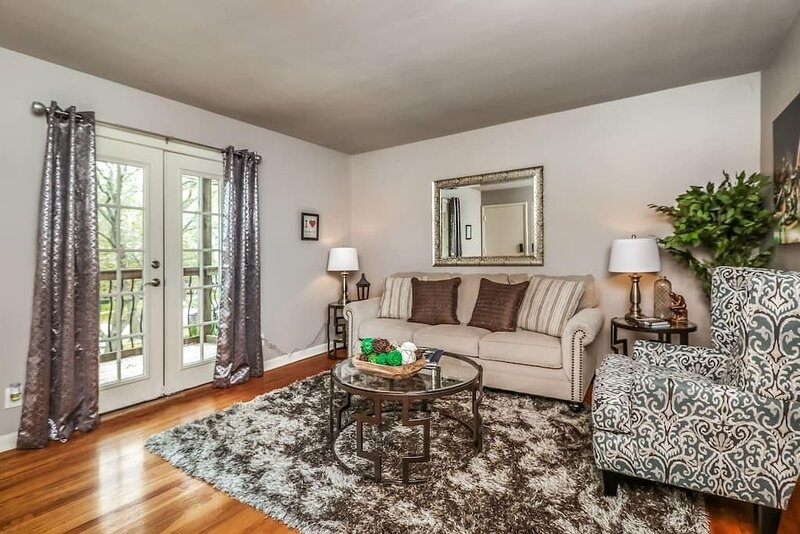 M-2S · 1 BD Plaza Location.  Comfortable, Clean and Private!, alquiler vacacional en Kansas