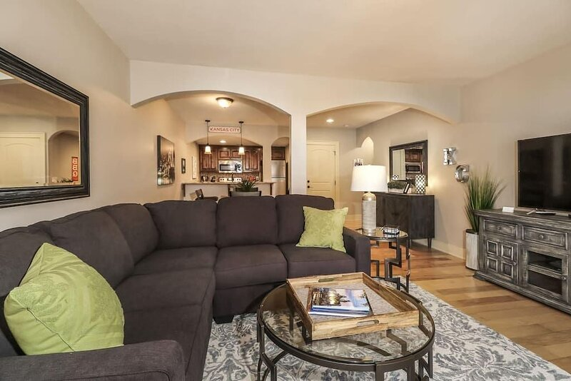 M 11-1 Large 2 BR/2BTH. Awesome Plaza Location!  Private balcony and parking., location de vacances à Overland Park