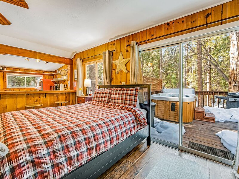 Adorable, Creekside Cabin in the Woods - Furnished Deck, Hot Tub, Dogs OK!, alquiler de vacaciones en Idyllwild