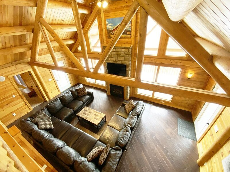 Log Cabin~4 Miles to Caves~Huge Hot Tub~Fire Place~Secluded~3-D photos~Game Room, holiday rental in Logan