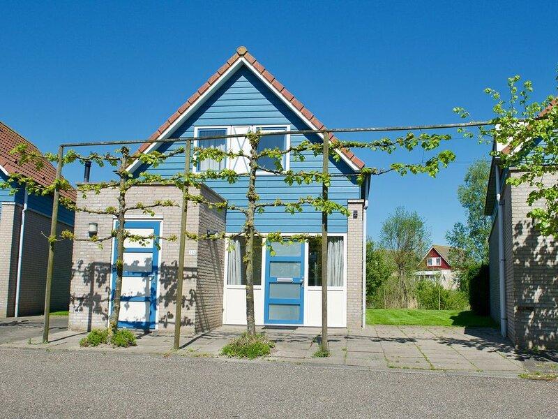 Antibes 252 - Freistehendes Ferienhaus direkt am See mit großem Garten, vacation rental in Ovezande