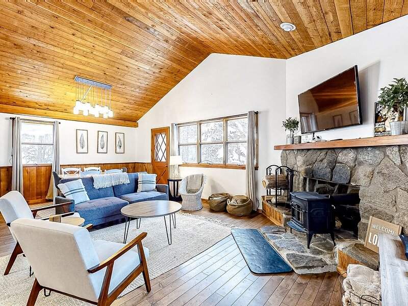 Remodeled Ski Chalet W/ Wood Stove & Shuttle Route Between Two Ski Mountains, alquiler de vacaciones en Fayston