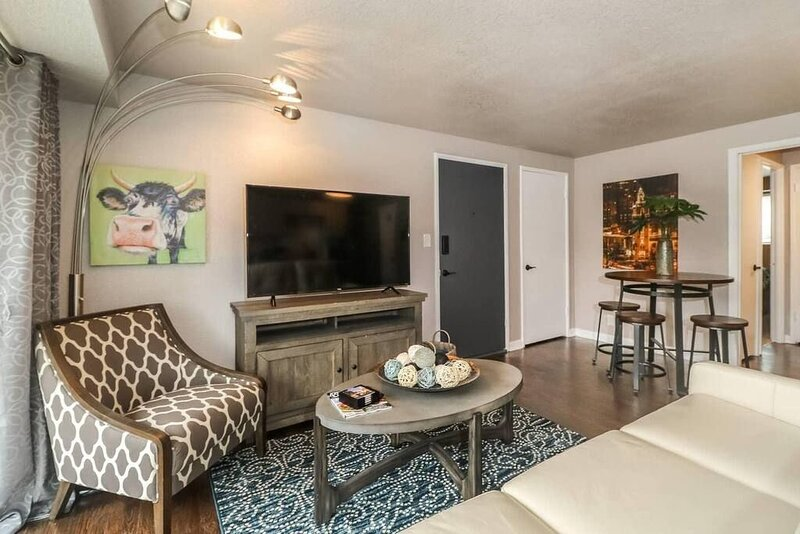 """H-1 2 King BR!  Newly Renovated.  Private balcony.  55"""" smart TV, holiday rental in Edwardsville"""