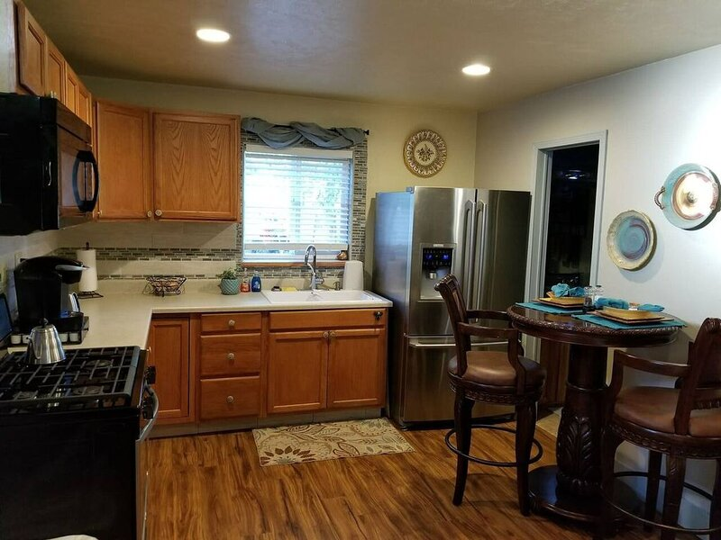 Charming Bungalow Near I-25/I-40 Interchange, holiday rental in Albuquerque