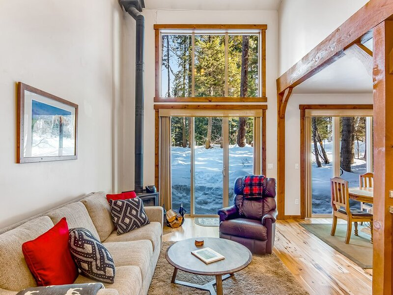 Family-friendly home with tree-lined views - right on the golf course!, holiday rental in McCall