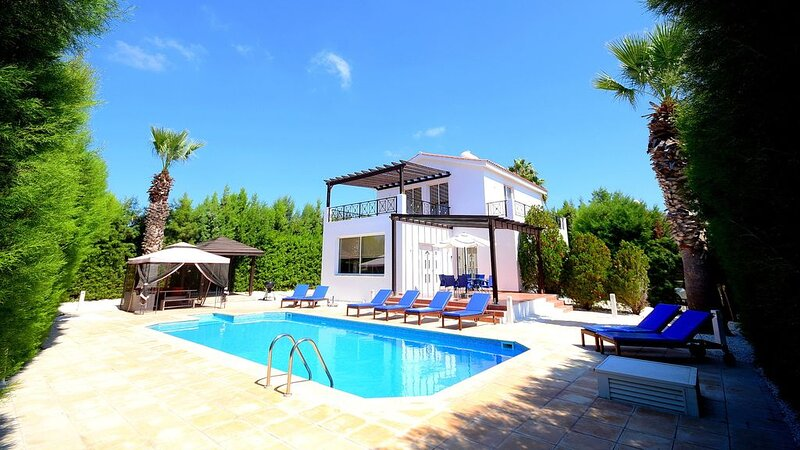 Luxury Family Villa with Private Pool Perfectly Located Just Behind the Main Str, aluguéis de temporada em Coral Bay