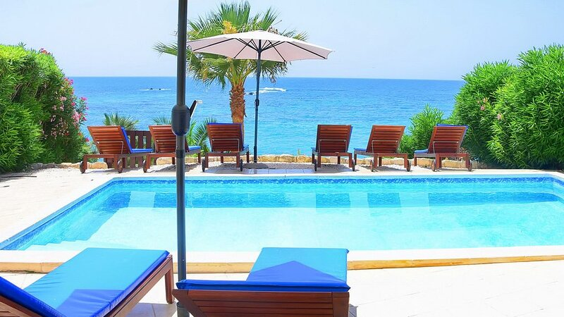 Family Villa With Private Pool on the Sea Front & Car Not Required, aluguéis de temporada em Coral Bay