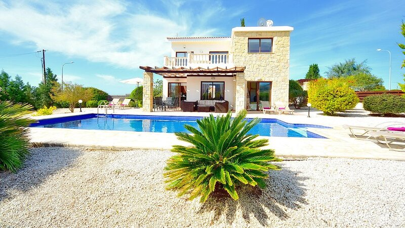 Private Detached Villa With Pool Ideal for Families, holiday rental in Kissonerga