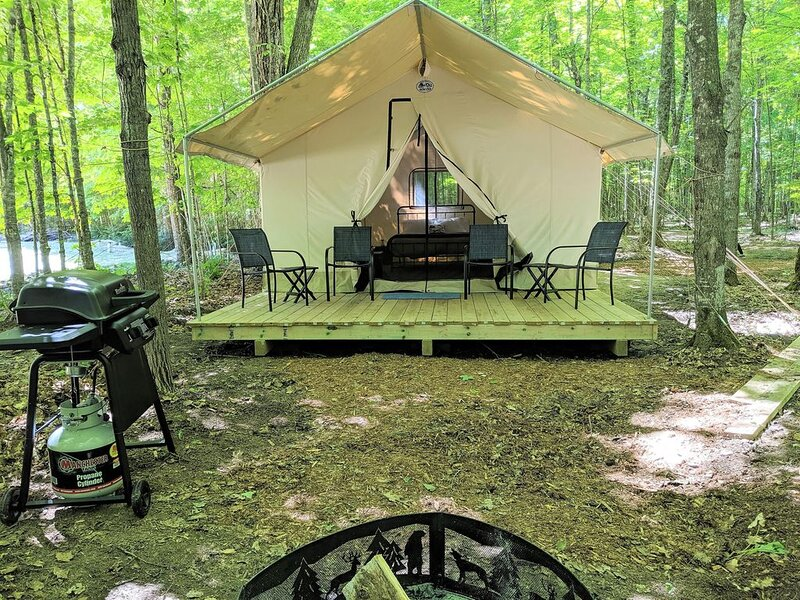 Capone's Luxury Tent #7 (A-Frame Style) - POV Resort Campgrounds - Luxury Tent #, location de vacances à Land O' Lakes