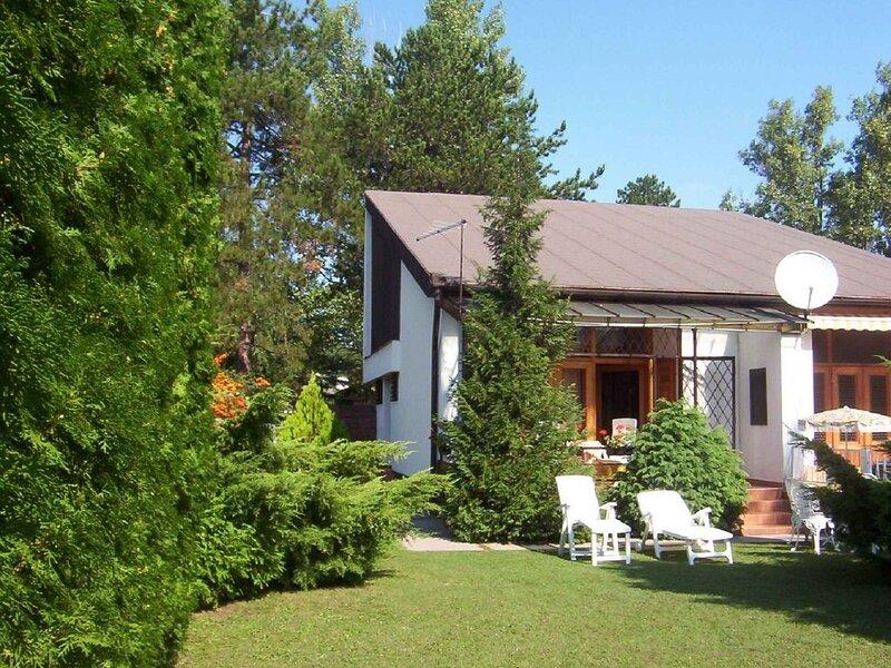 Ferienhaus mit großem gepflegten Garten, aluguéis de temporada em Siofok