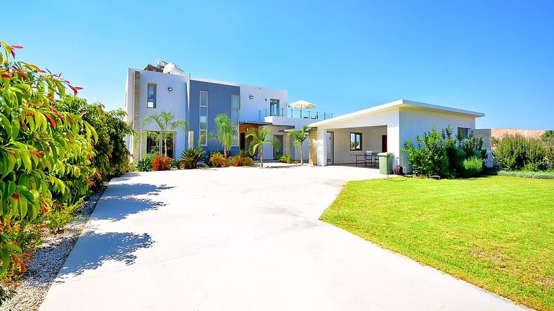 Modern super luxury 5 bedroom villa with private pool., holiday rental in Kissonerga