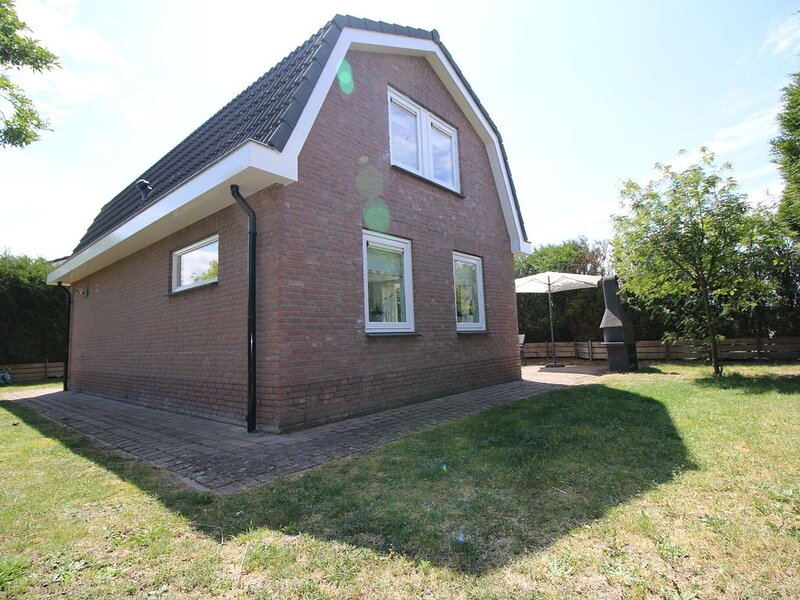 Detached bungalow with a big lovely garden and WiFi, in a park by the North Sea, vacation rental in Noordwijk