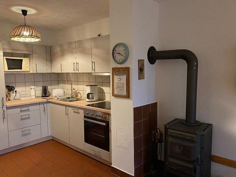 Gemütliches Ferienhaus mit Holzsauna, Holzkaminofen und Garten, vacation rental in Waffenbrunn