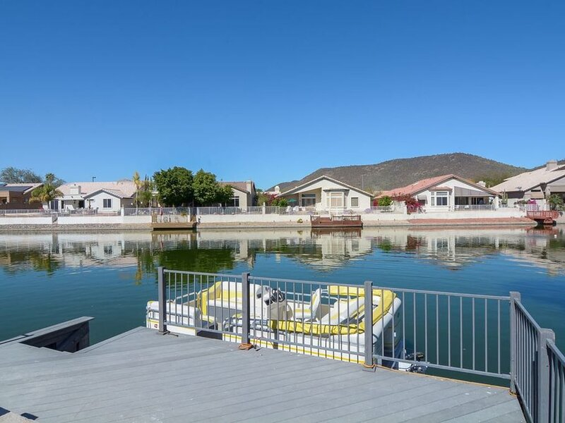 Lakeside Retreat with Heated Pool, Pontoon Boat, Lake & Mountain Views, holiday rental in Glendale